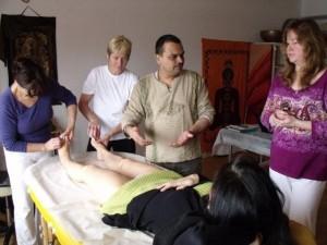 Dr. Shah unterrichtet Ayurweda
